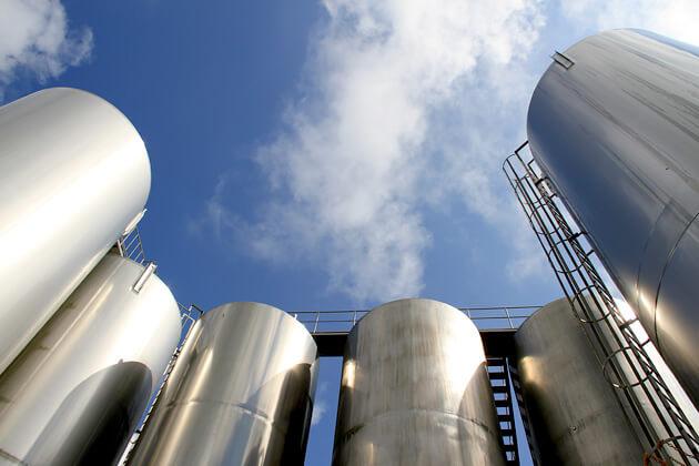 生乳はタンクに一次保存されたあと、最新鋭の設備で製品化されます。