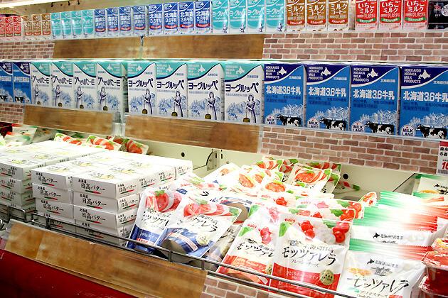 新鮮な乳製品が店頭に並びます。